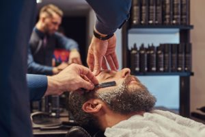master-hairdresser-and-client-in-a-hairdressing-sa-SU49S59